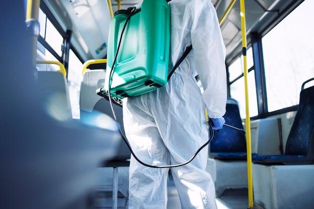 Desinfektion und desinfektion der öffentlichen verkehrsmittel.
