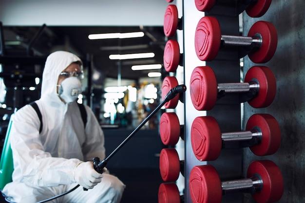 Desinfektion und gesundheitsversorgung im fitnessstudio