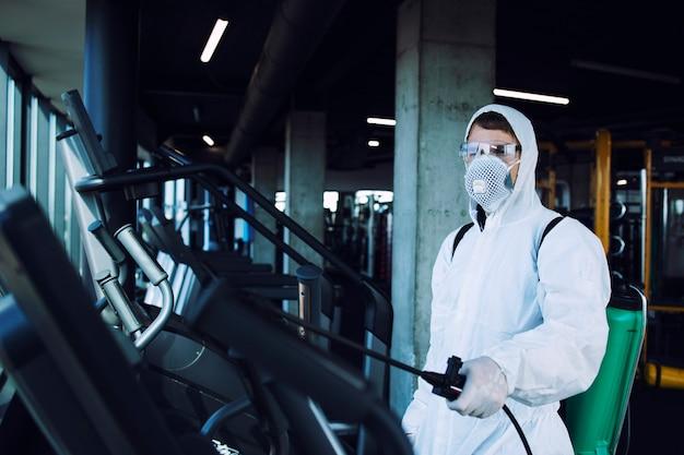 Desinfektion von fitnessgeräten im fitnessstudio