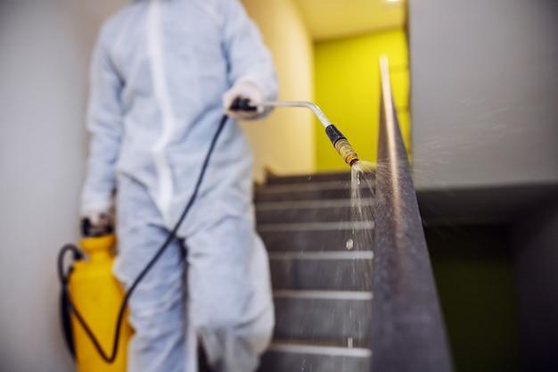 Desinfektion von innenflächen. reinigung und desinfektion in gebäuden, die covid-19-epidemie. sitzungsteams für desinfektionsbemühungen. infektionsprävention und seuchenbekämpfung.