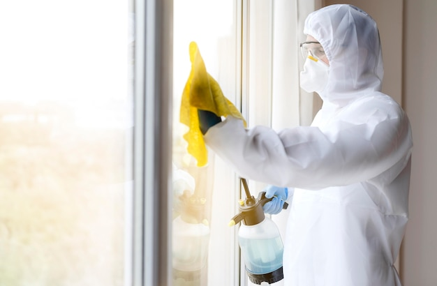 Desinfektionsfenster des mannes im anzug