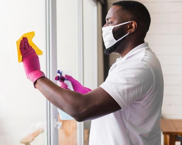 Desinfektionsfenster für erwachsene männliche seitenansicht
