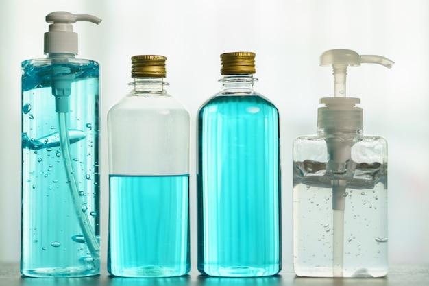 Desinfektionsgel und isopropylalkohol zum schutz vor koronaviren.