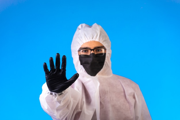 Desinfektionsmittel in spezieller vorbeugender uniform stoppt die gefahr in der mitte.