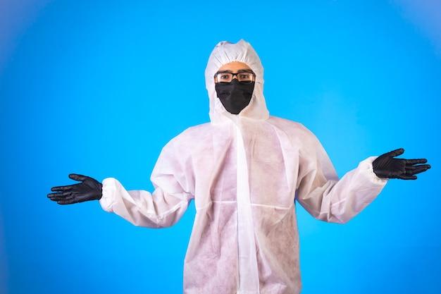 Desinfektionsmittel in spezieller vorbeugender uniform und schwarzen masken mit offenen armen