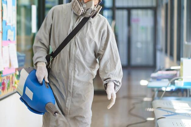 Desinfektionsmittelsprüher und keime, die an gegenständen auf der oberfläche haften. ansteckung verhindern covid-19-viren oder coronavirus und verschiedene krankheitserreger. konzept gesundheitssystem, bleiben sie sicher und händedesinfektionsmittel.
