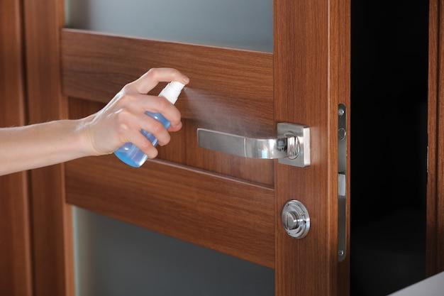 Desinfizieren, desinfizieren, hygienisch pflegen. injizieren sie alkoholspray auf den türknauf und den häufig berührten bereich zur reinigung und desinfektion, um die ausbreitung von keimen während infektionen zu verhindern. sauberes zuhause.