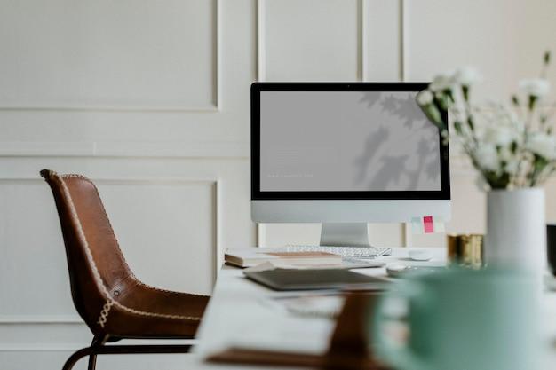 Desktop-bildschirm an einem büroarbeitsplatz
