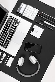 Desktop des ernsten mannes isoliert auf schwarzweiss