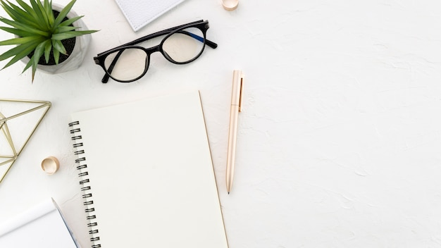 Desktop mit brille und notizbuch