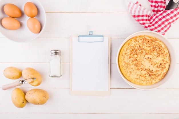 Desktop mit klemmbrett und torte kochen