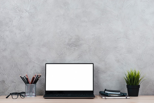 Desktop mit laptop- und büroelementen