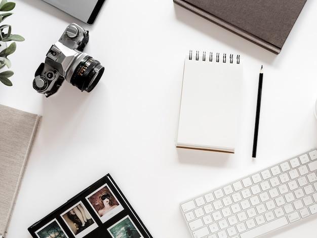 Desktop mit notebook und fotokamera