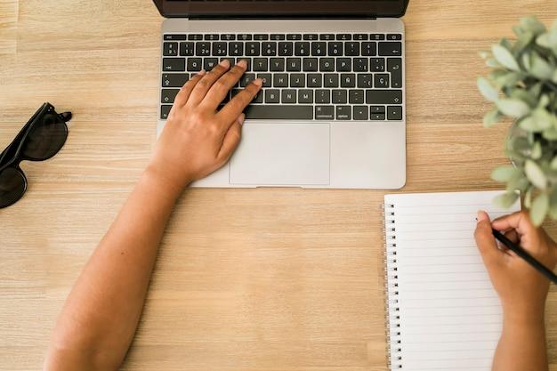 Desktop mit notebook und laptop