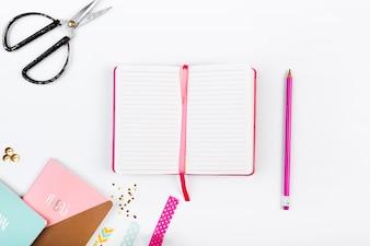 Desktop mit Tagebuch und Schere