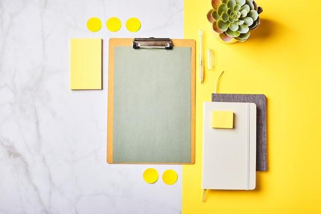 Desktop mit zwischenablage-modell und büromaterial. home office, planung des zielsetzungskonzepts. flatlay, draufsicht