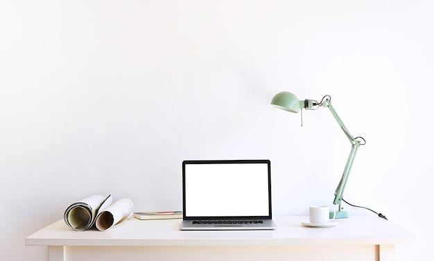 Desktop-setup für designer oder inhaltsersteller am arbeitstisch. flacher laptop-bildschirm und objekte auf weißem hintergrund