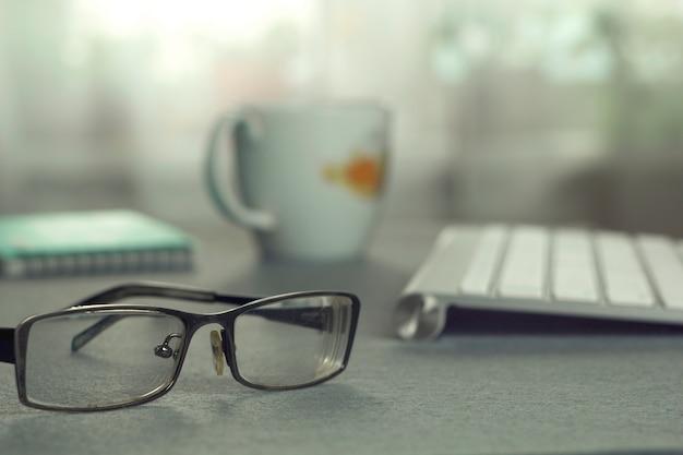 Desktop. tastatur, brille und eine tasse.