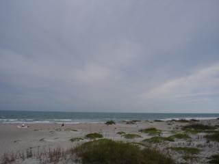 Desolaten strand, wolken