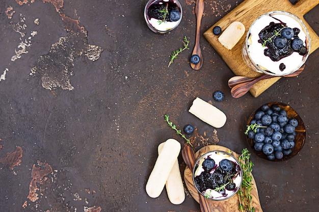 Dessert aus mascarpone oder ricotta, blaubeeren und keks. kein gebackener käsekuchen oder tiramisu.