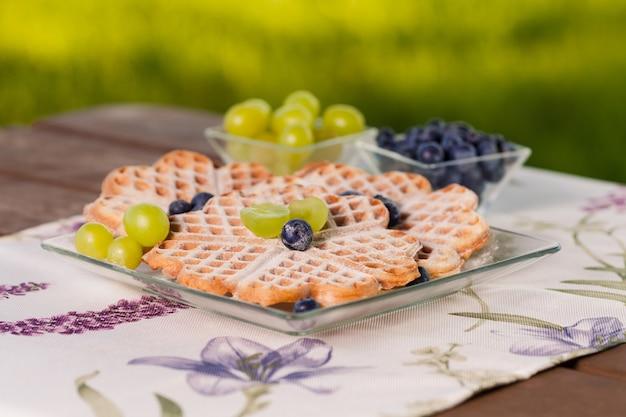 Dessert aus waffeln mit früchten