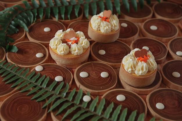 Dessert-cheesecake mit mango und passionsfrucht in form von brownies mit mousse oben dekoriert...