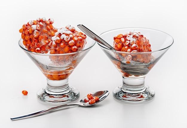 Dessert der gefrorenen orangenbeeren in der glasschale gesundes essen studio schuss