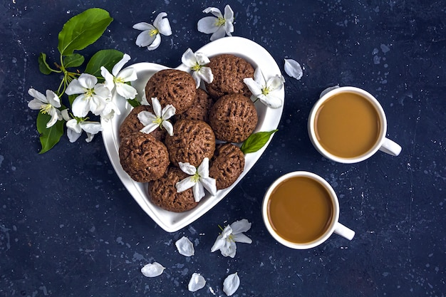 Dessert für kaffeepause auf einem herzförmigen teller serviert.