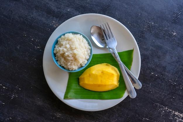 Dessert im thailändischen stil, mango mit klebreis auf dem teller. gelbe mango und klebreis thailand