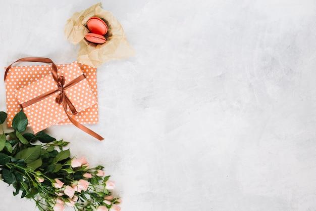 Dessert in der nähe von geschenken und blumen