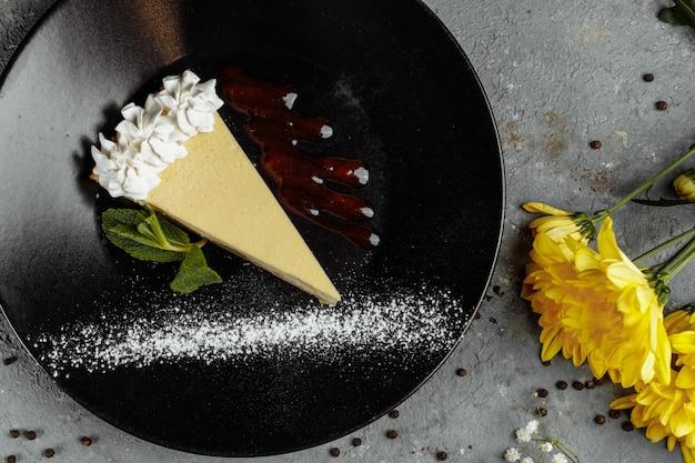 Dessert - käsekuchen mit beerensauce und grüner minze.
