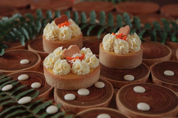 Dessert-käsekuchen mit mango und passionsfrucht in form von brownies mit mousse auf der oberseite mit keksen verziert