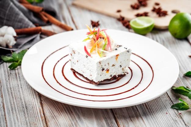 Dessert kandierte frucht käsekuchen dekoriert teller