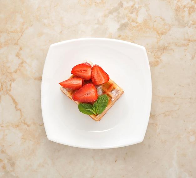 Dessert mit erdbeeren - die belgischen kekse und geschnittenen erdbeeren