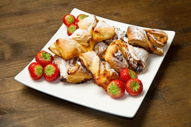 Dessert mit marmelade und rosinen