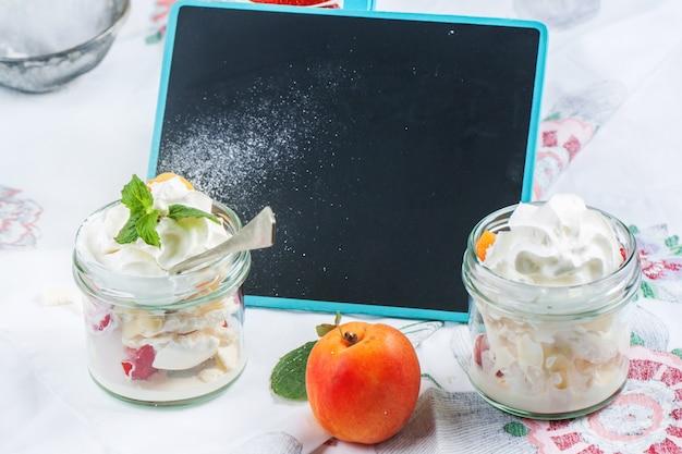 Dessert mit merengue und beeren