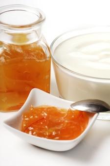 Dessert mit orangenmarmelade