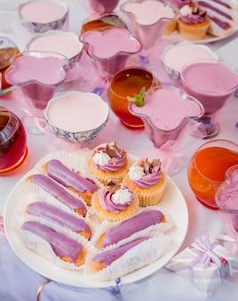 Dessert mit sahne auf dem großen tisch