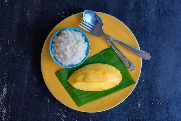 Dessert nach thailändischer art, mango mit klebreis auf teller