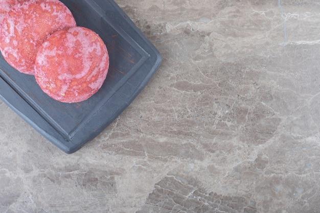 Dessert-portion von keksen auf einem marinebrett auf marmoroberfläche