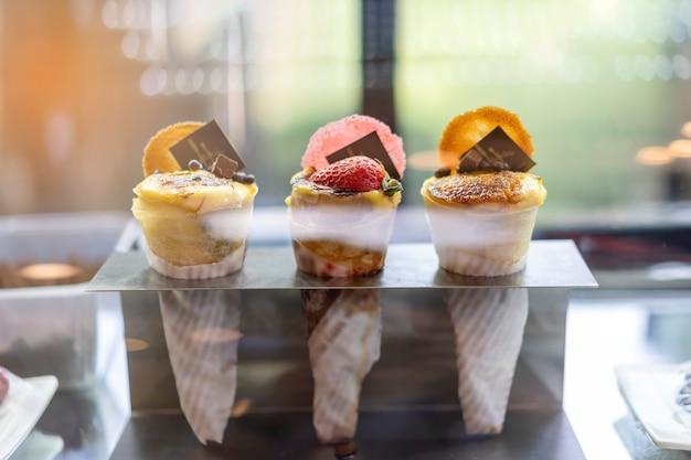Dessert, schokolade, wunderschön in das tablett zum verkauf bereit gelegt.
