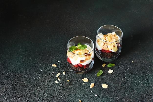 Dessert schwarzwald mit kirschen in einem glas