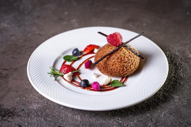 Dessert shortbread cake mit schokolade und beeren auf einem weißen teller