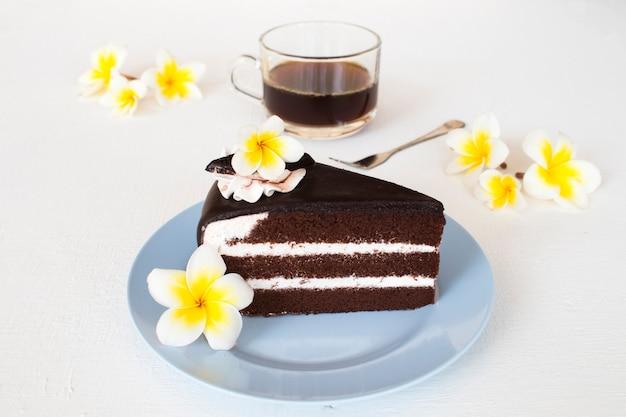 Dessert snack schokoladenkuchen und heißer kaffee