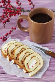 Dessert und eine tasse heißen kaffee.