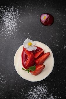 Dessert von der speisekarte eines französischen restaurants. auf einem holztisch