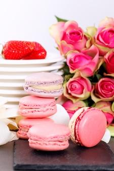 Dessert zum valentinstag mit makronen, kaffee und erdbeeren