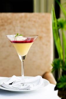 Desserts - panna cotta im cocktailglas auf dem tisch