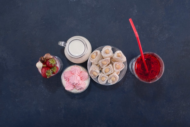 Dessertsorten mit einem glas rotwein, draufsicht.