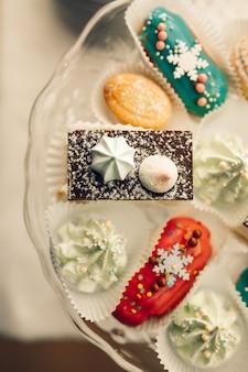 Desserttisch für eine party. ombre kuchen, cupcakes. schokoriegel
